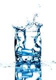 Glaçon éclaboussant dans la glace de l'eau Photo libre de droits