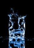 Glaçon éclaboussant dans la glace de l'eau Photo stock