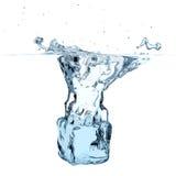 Glaçon bleu laissé tomber pour arroser Images stock
