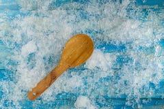 Glaçons écrasés et cuillère en bois sur la table en bois bleue de vintage Photo libre de droits