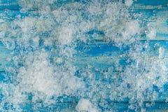 Glaçons écrasés sur la table en bois bleue de vintage Vue supérieure Photos stock