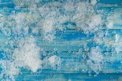 Glaçons écrasés sur la table en bois bleue de vintage Vue supérieure Photographie stock libre de droits