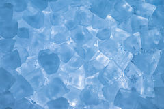 Glaçons avec la couleur bleu-clair Photos libres de droits