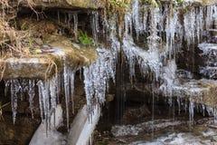 Glaçons croissants pendant l'hiver sur une cascade d'une crique Photos libres de droits
