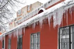 Glaçons d'hiver pendant des gouttières des toits photos libres de droits