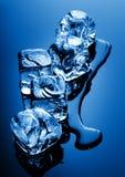 Glaçons dans la lumière bleue Images stock