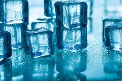 Glaçons de fonte sur la table en verre Photos libres de droits