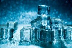 Glaçons de fonte sur la table en verre Photo stock