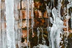 Glaçons de plan rapproché, paquets et glaçons de glace, vieux fond abstrait de mur de briques avec de la glace de fente, mousse,  Images stock
