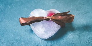 Glaçons en forme de coeur avec la cerise surgelée Photo libre de droits