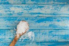 Glaçons et citron écrasés, cuillère en bois sur en bois bleu de vintage Photos stock