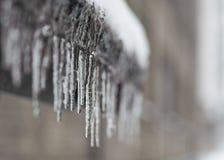 Glaçons gelés d'eaux de fonte sur le toit, Photographie stock