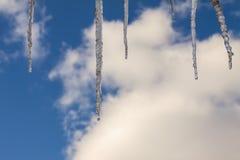 Glaçons naturels avec des baisses de l'eau contre le ciel bleu avec des nuages photo stock