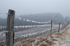 Glaçons pendant d'une frontière de sécurité de montagne Images stock