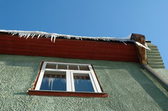 Glaçons pendant du toit Photos stock
