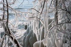 glaçons stupéfiants le long du lac Michigan en temps froid extrême image libre de droits