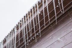 Glaçons sur le macro de toit Images stock