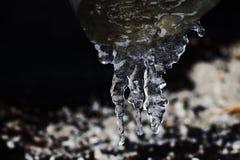 Glaçons sur le tuyau, l'eau congelée concept froid de temps d'hiver, foyer mou, profondeur de champ macro vue avant Photo stock