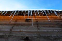Glaçons sur un toit Image stock