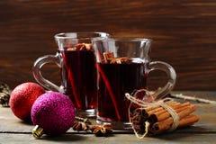 2 glaas с горячим вином на деревенской таблице Стоковые Фото