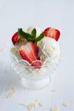 Glace à la vanille avec des amandes et des fraises Image libre de droits
