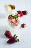 Glace à la vanille avec des amandes et des fraises Images libres de droits