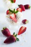 Glace à la vanille avec des amandes et des fraises Photographie stock libre de droits