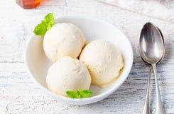 Glace à la vanille avec la menthe dans le produit biologique fait maison de cuvette photos stock