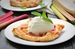 Glace à la vanille, tarte de rhubarbe cuit au four fait maison Photos stock
