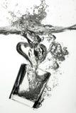 Glace éclaboussant dans l'eau Photos stock