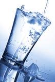 glace éclaboussant l'eau image stock
