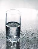 Glace avec de l'eau crystal-clear images stock