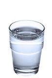 Glace avec de l'eau sur le fond blanc Photo stock