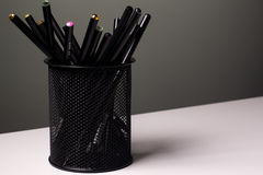 Glace avec des crayons Images stock