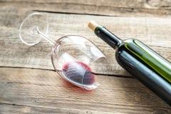 Glace avec le vin rouge Images stock
