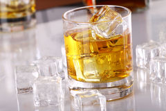 Glace avec le whiskey froid images libres de droits