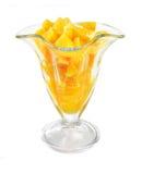 Glace avec les parties oranges juteuses de fruit d'isolement images stock