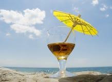 Glace avec un cocktail de vin Image stock