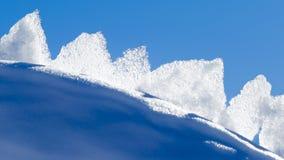 Glace blanche contre le ciel bleu Photos stock