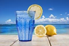 Glace bleue avec l'eau et le citron de pétillement Photos stock