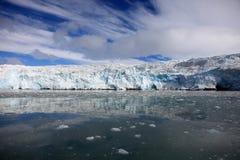 Glace bleue et petits icebergs Avant de glacier dans le Svalbard arctique Photographie stock libre de droits