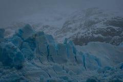 Glace bleue rompue sur un glacier en Argentine images libres de droits