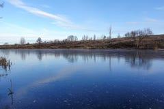 Glace bleue sur la surface d'un lac de forêt La neige n'est pas encore tombée L'hiver tôt photos stock