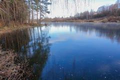 Glace bleue sur la surface d'un lac de forêt La neige n'est pas encore tombée L'hiver tôt photo libre de droits