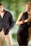 Glace blonde de fixation de femme avec le champagne, jeune homme regardant s Images libres de droits
