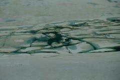 Glace cassée d'un lac de montagne photos stock