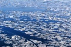 Glace cassée sur la surface de la rivière en hiver image libre de droits