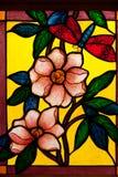 Glace colorée colorée dans l'église. image libre de droits