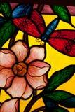 Glace colorée colorée dans l'église. images libres de droits