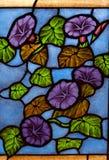 Glace colorée colorée dans l'église. photographie stock